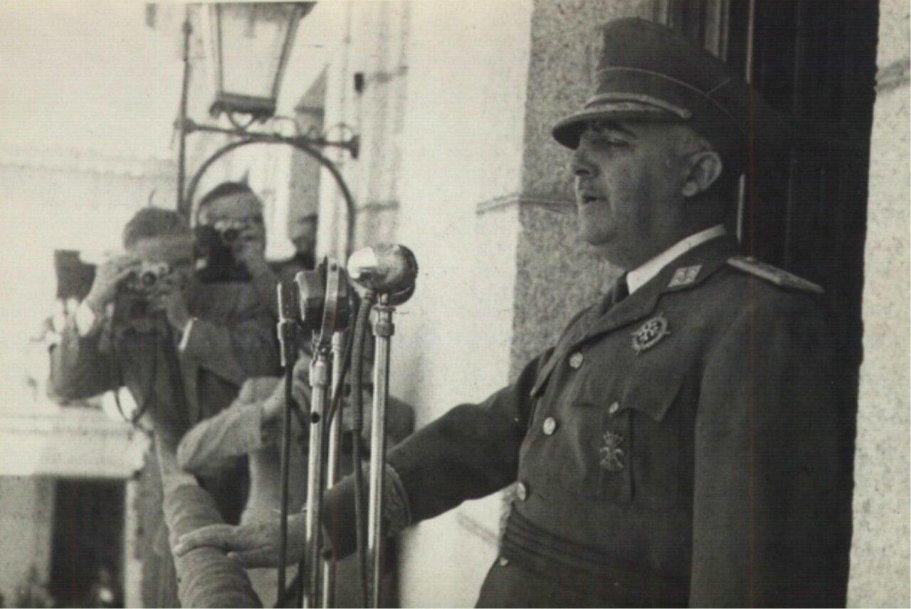 Франко выступает с балкона