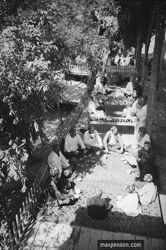 Рабочие отдыхают в чайхане (чайная) возле канала в Узбекистане, 1930 г.