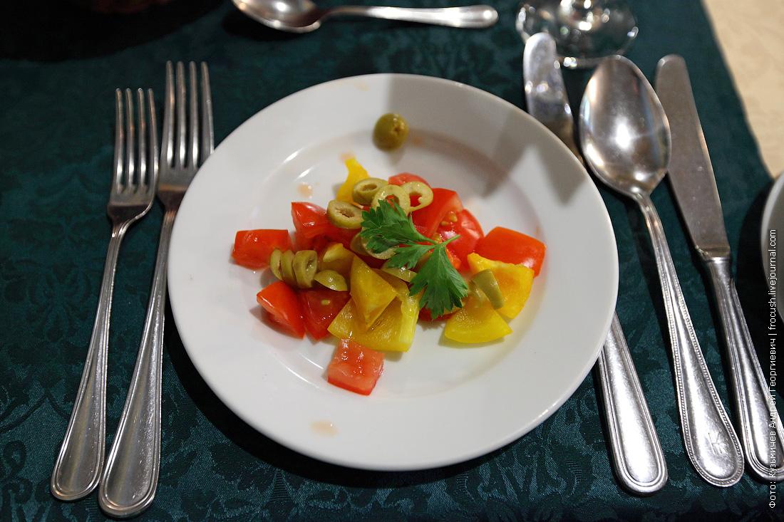 Салат из томатов, оливок и болгарского перца
