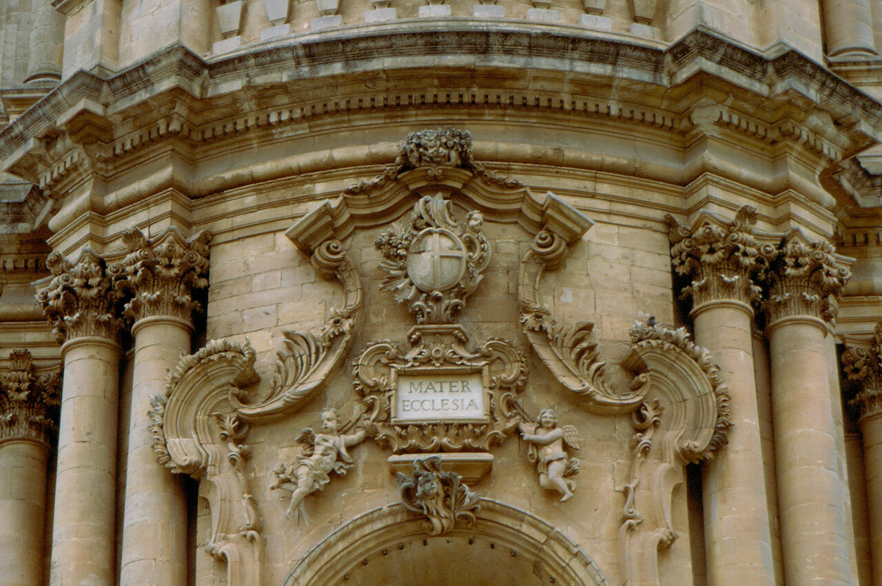 a comparison of differences between italian and french baroque architecture • categorized under culture | difference between baroque art and renaissance two distinct periods in history stand out when talking about art and great masters - baroque and compared to renaissance creations, it was considered strange and odd, which is roughly what it means in french.