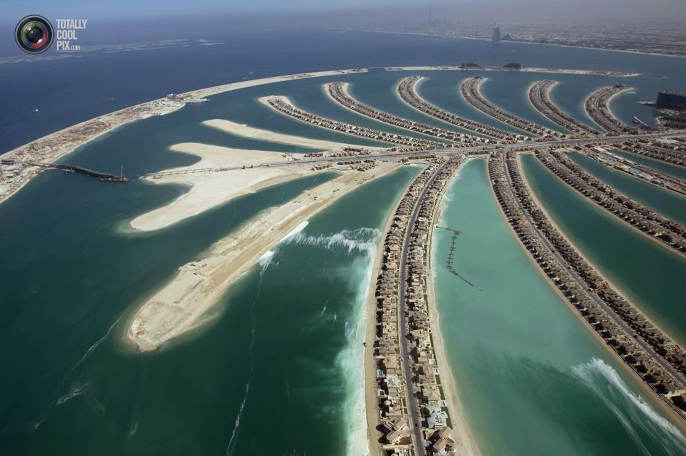 16. Вид с воздуха на остров Пальма Джумейра в Дубае и некоторые уже завершенные жилые дома. (REUTERS