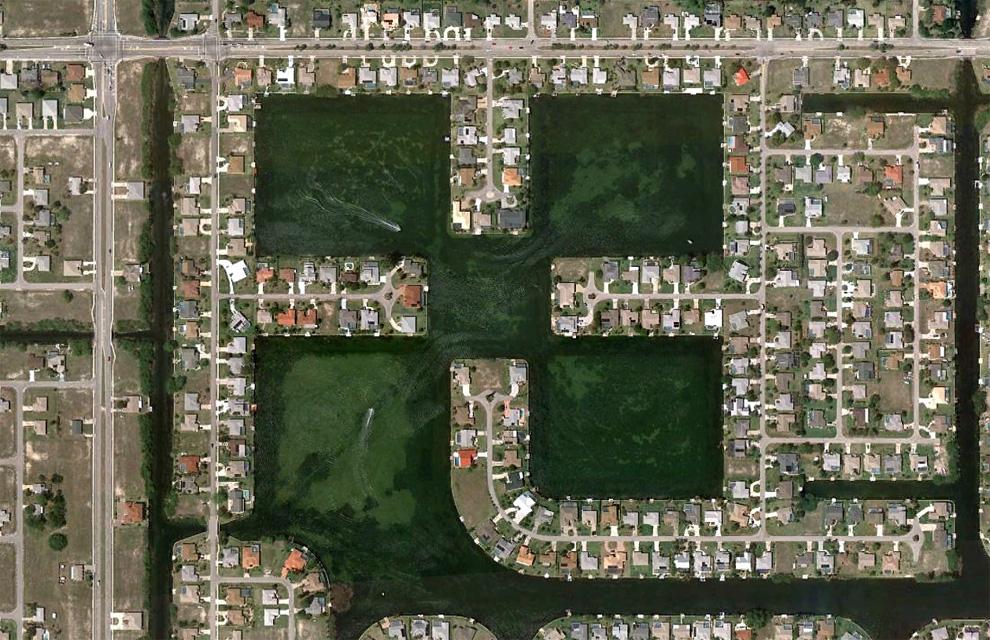 5. Катера плывут по каналам в северной части Кейп Корал, штат Флорида. (© Google)
