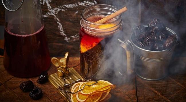 Вам понадобятся: 5г листового черного чая 50мл вишневого сока 20г меда 150мл красного сухого вин