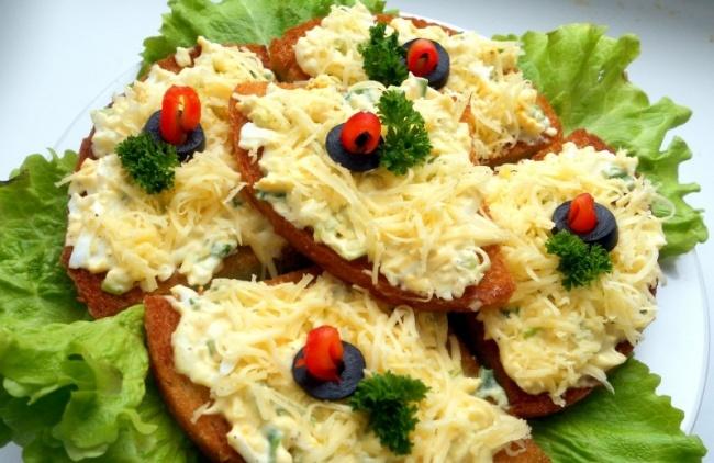Ингредиенты: 8кусочков белого хлеба (лучше чиабатты) 2ст.л. сливочного масла 4яйца 2зубчика чес