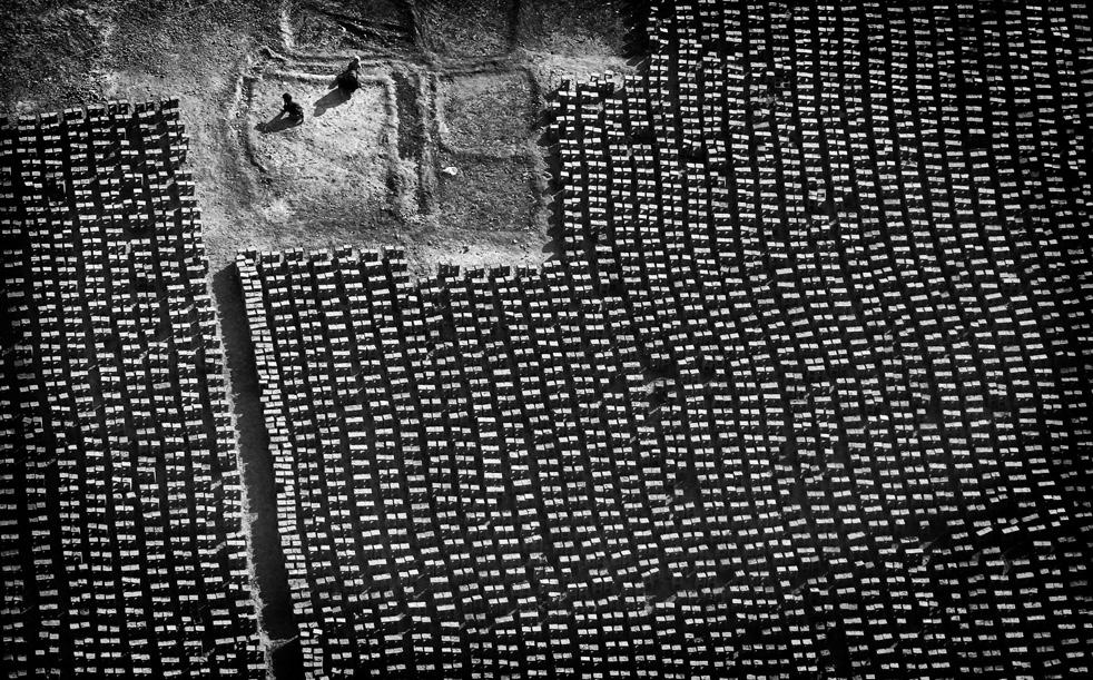 2. Афганцы на кирпичном заводе , где кирпичи производятся по старинным технологиям, вручную. (AP / K