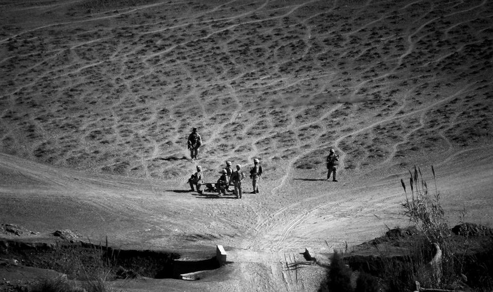 8. Морпехи собрались у раненого товарища, наступившего на взрывное устройство кустарного производств