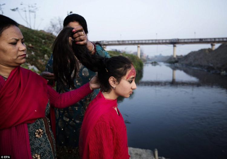 После начала первой менструации девочки проходят 12-дневный ритуал под названием «Gufa», после