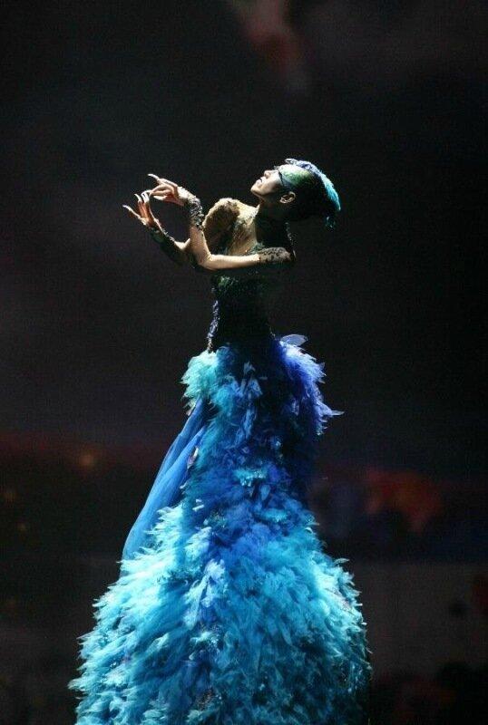 Фантастические костюмы в «Танце Павлина»