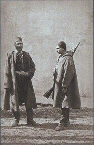 Болгарский доброволец ведет под конвоем пленного турецкого офицера, сентябрь 1877