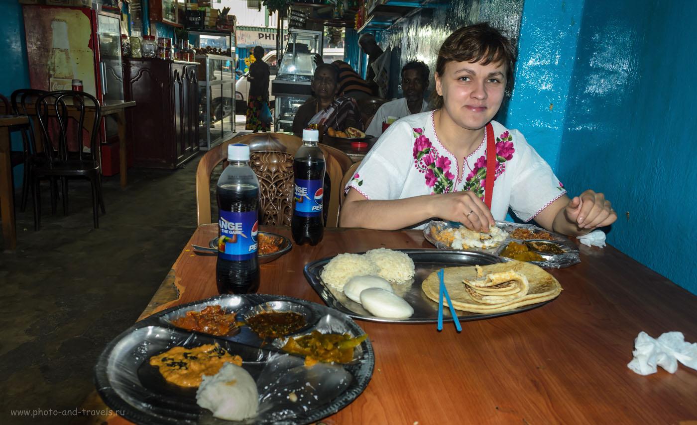 Фотография 2. Еда в кафе для местных на Шри-Ланке. Поездка в деревню Наллатанния на автомобиле. Дорога к Пику Адама.