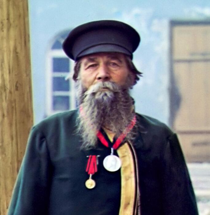 Andrei P 00541u Андрей Петров Калганов. Быв. мастер завода. На службе 55 лет, от роду 72 года. Подносил хлеб-соль Николаю II Златоуст 1910.jpg