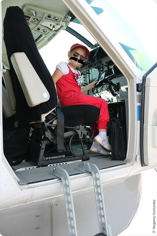 Кабина современной сessna 208 caravan авиакомпании ПАНХ, видно штурвал и приборную панель