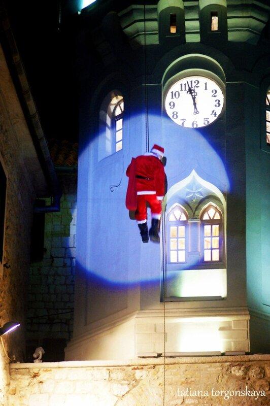 Дед Мороз спускается с Сахат Кулы