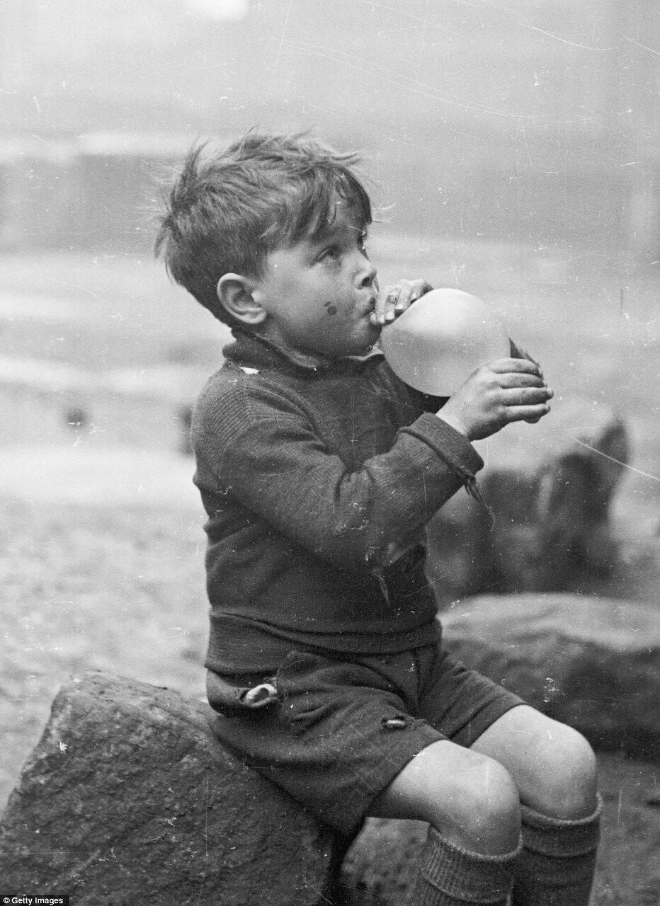 1948. Мальчик надувает шарик в  в Горбалсе, Глазго