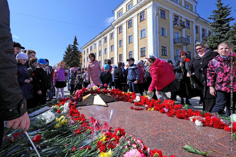Школьники возложили цветы к Вечному огню Киров