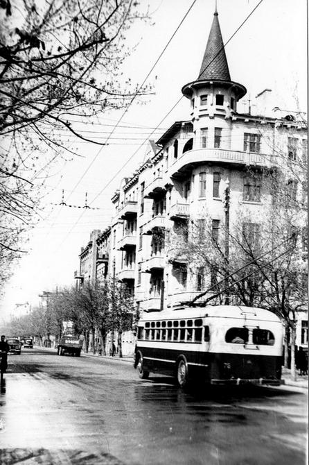 1949.05. Троллейбус на улице Артема. Фото: Мосенжник Ю.П.