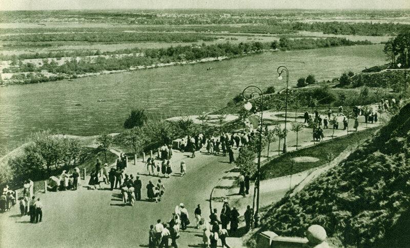 Алея на схилах правого берега Дніпра – улюблене місце прогулянок киян.