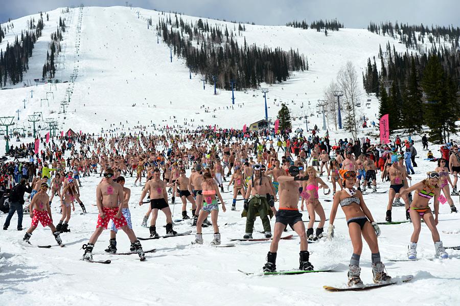 массовый горнолыжный спуск в бикини