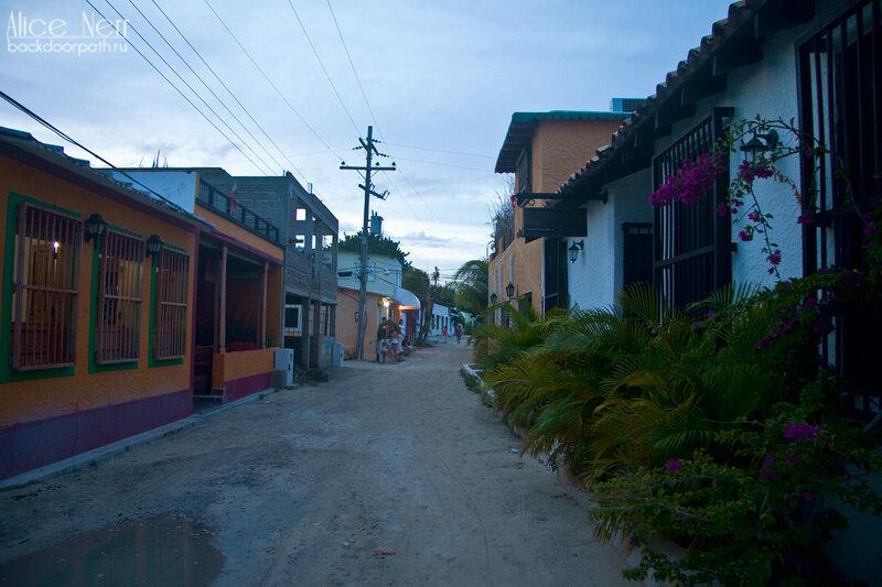 типичная улочка в колониальном стиле на El Grand Roque, venezuela