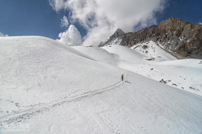 Хороший участок тропы на спуске. Виды с этой стороны, конечно, очень красивые, торонг ла, гималаи, горы, снег, человек на тропе
