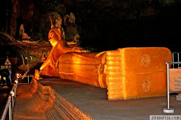Лежащий Будда в храме обезьян
