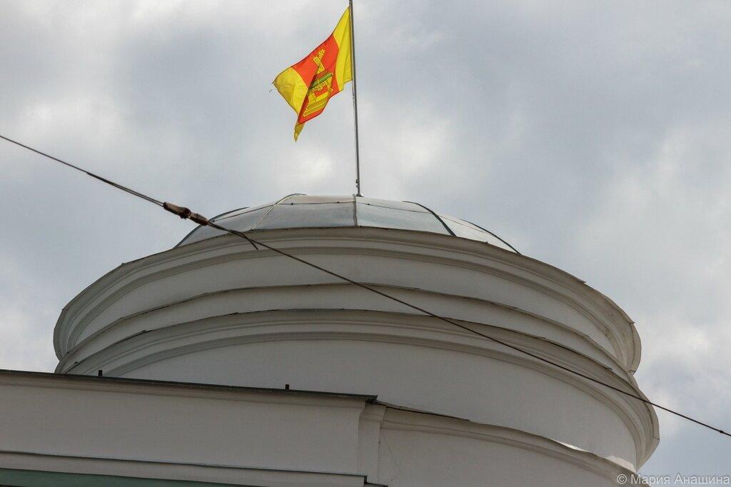 Флаг Твери над зданием администрации Тверской области
