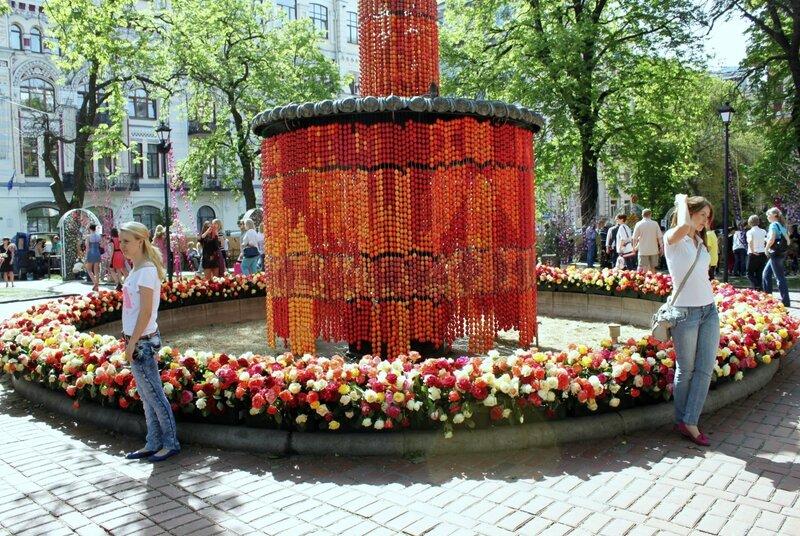Венок из роз на фонтане
