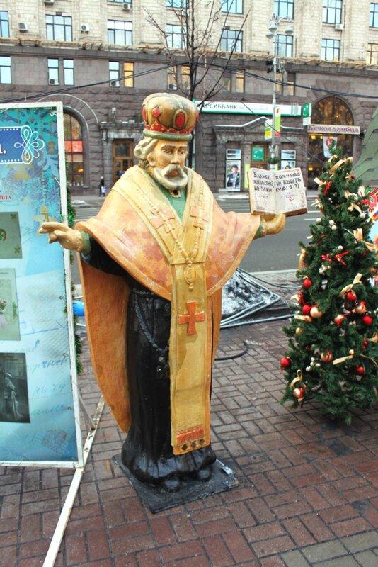 Фигура святого Николай на Крещатике