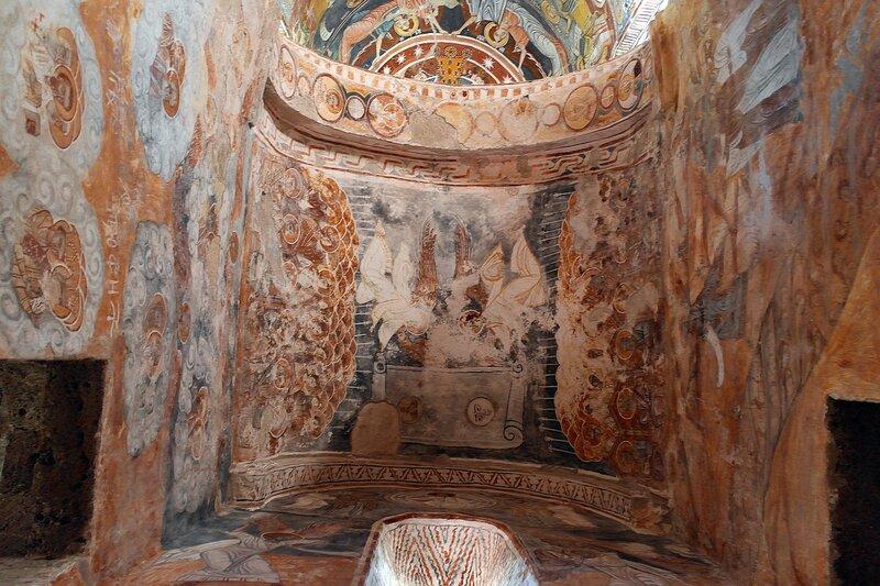 Роспись над входом в Никорцминду: ангелы сворачивают небеса, как свиток