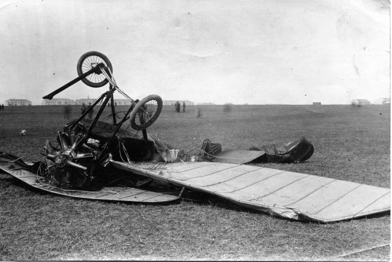 Поломаный самолет поручика (Подкуйко?). КАЧА. 1915.jpg