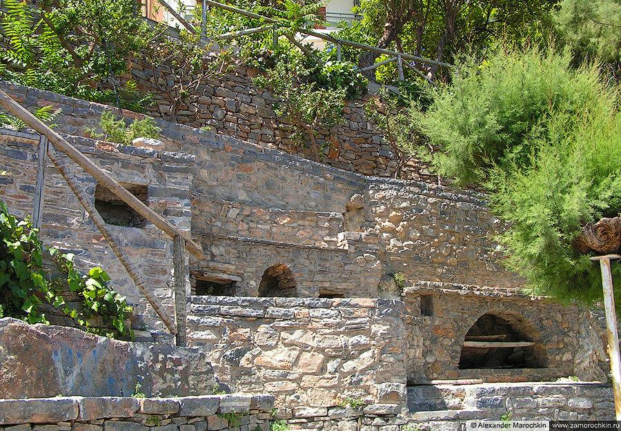 Каменные террасы, укрепляющие склон