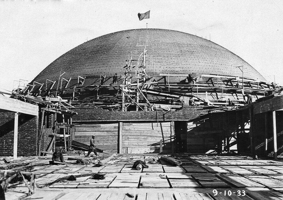 9 октября 1933. Самая уникальная часть здания - конструкция купола диаметром 60 метрк 16-ой годовщине Октября.
