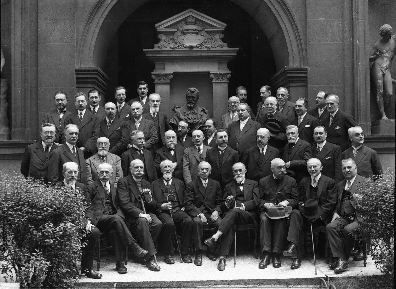 1930. Члены академического общества архитектуры города Лиона перед бюстом Андре Гаспара во дворе Дворца Святого Петра.
