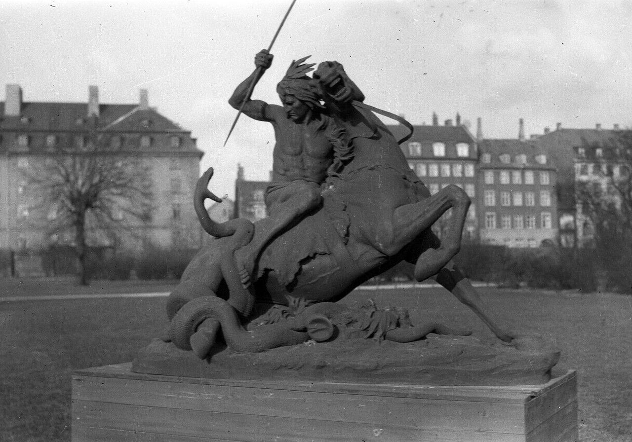 Копия скульптурной группы сэра Томаса Брока «Момент опасности» в саду Замка Росенборг в Копенгагене, Дания
