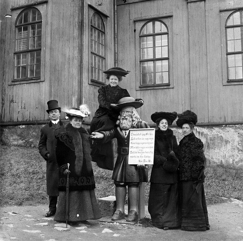 Неизвестные семьи за пределами церкви Адмиралтейства, Карлскруна, Швеция
