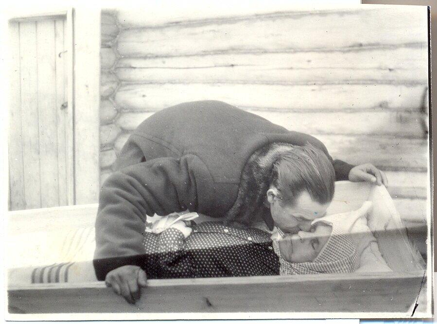 Фёдор Иванович Цыпляев целует мать, Федосью Ивановну Цыпляеву (Петрякову). Умерла 21.02.1955