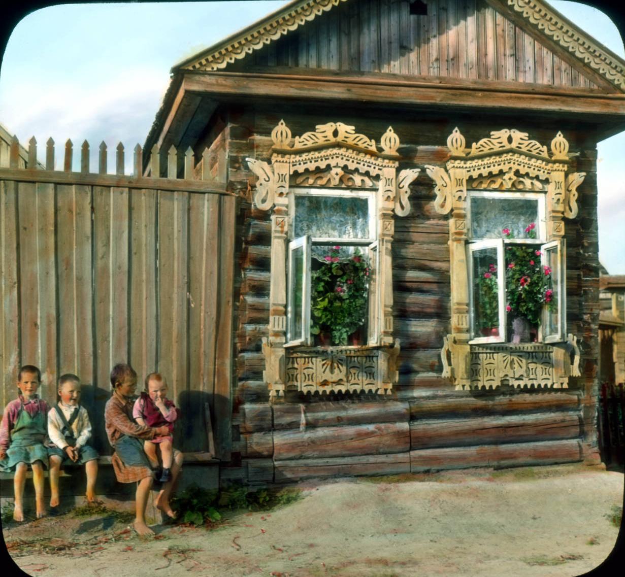 Дети возле деревянной избы. Деревня под Ленинградом