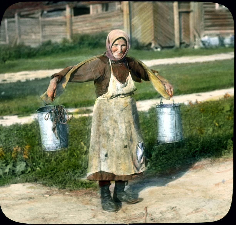Женщина с коромыслом под Ленинградом