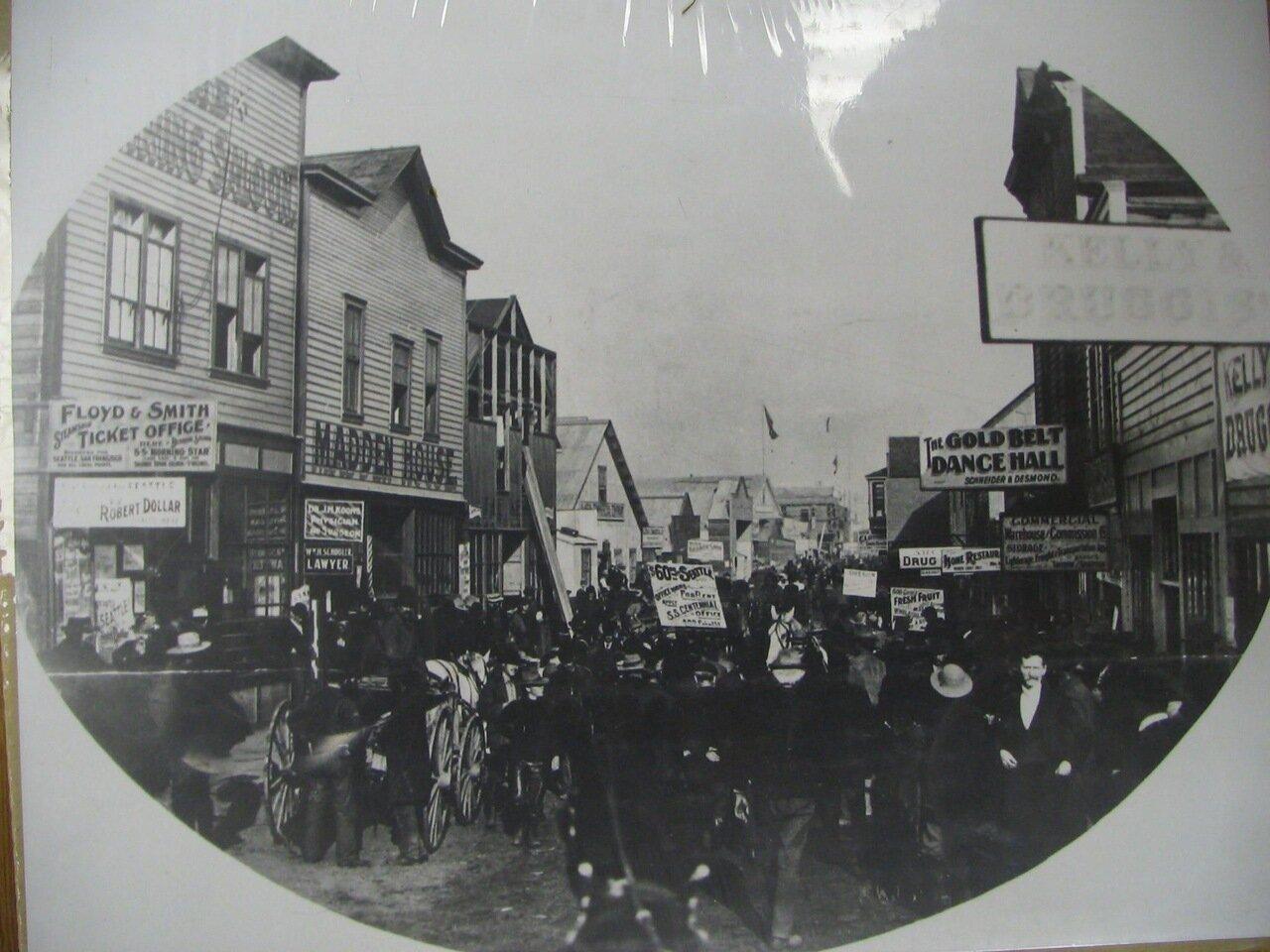 1. Толпы людей на улицах города