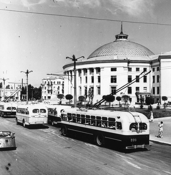 1960.08.02. Троллейбусы на проспекте Победы перед зданием цирка
