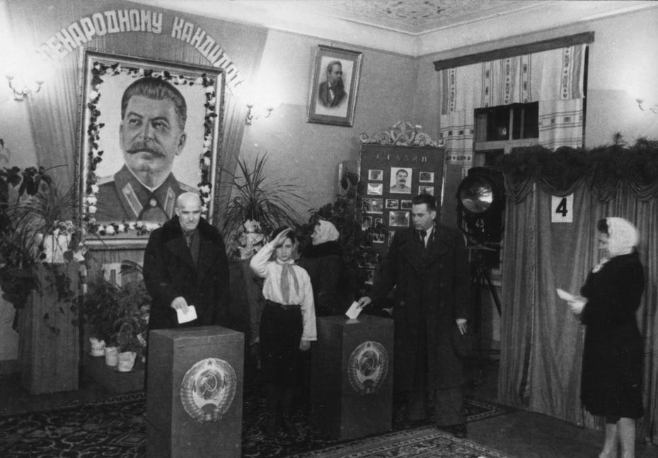 1951.02.25. Голосование на одном из избирательных участков Киева во время выборов в Верховный Совет УССР