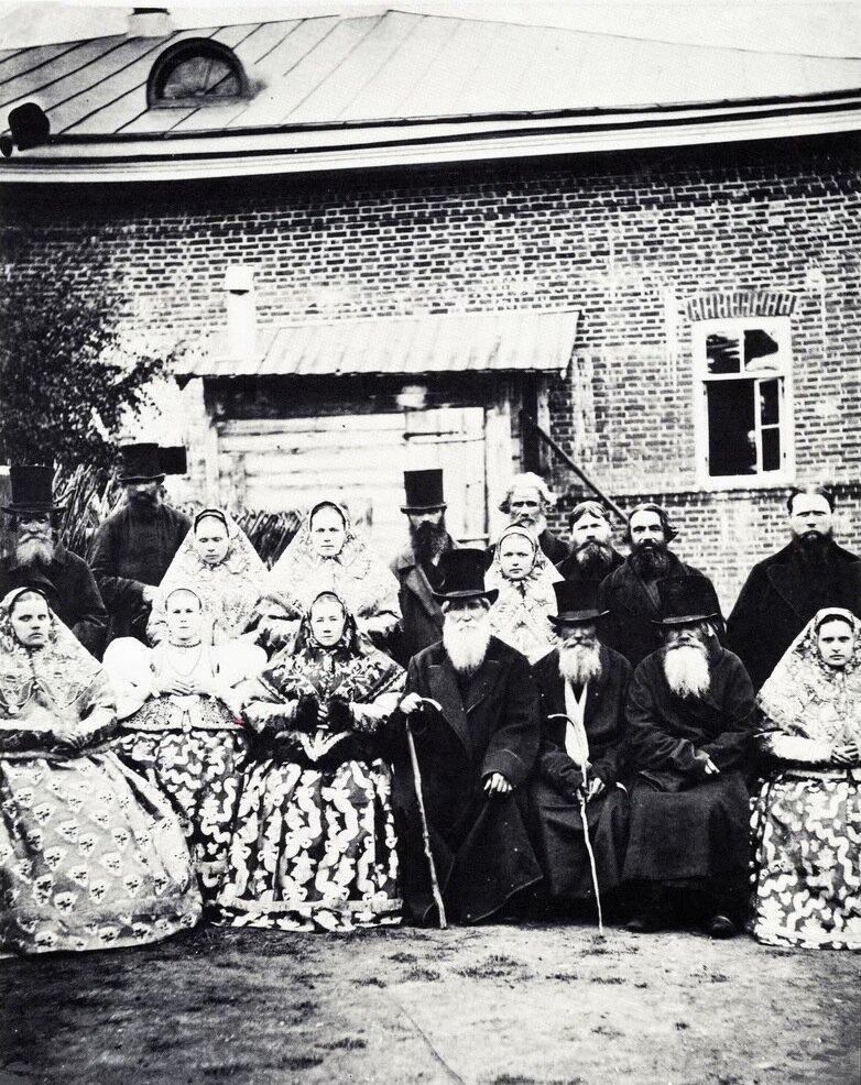 Wealthy peasant family from the Nizhny Novgorod Region, c. 1880. Photo by Jean Raoult