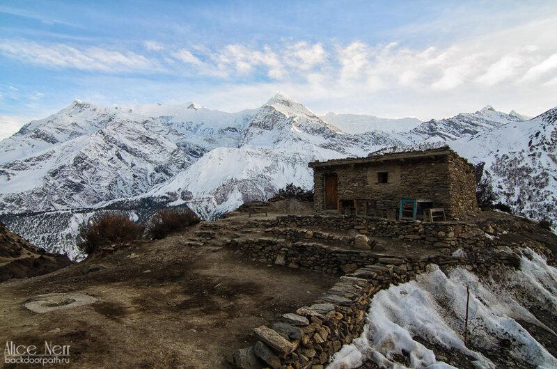 снежные пики, чайный домик из камней, гималаи, непал