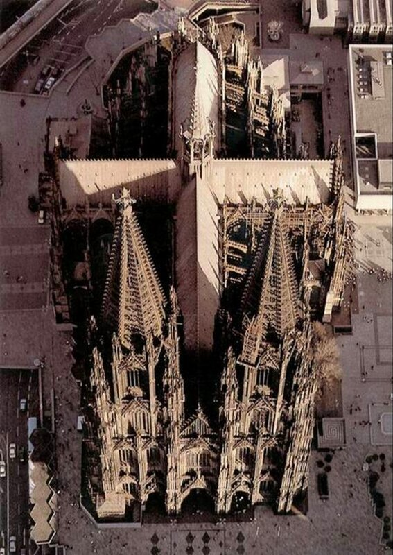 cath2[1].jpgНапоминающий собой на главном архитектурном плане - форму креста, этот незавершенный до сих пор памятник средневекового готического зодчества был заложен в 1248 году и постепенно отстраивался, возвысившись почти до 145 метров (144.58м в длину