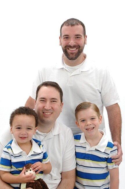 Гей-семьи тянут своих детей на дно...