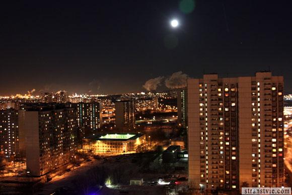полная луна весело светит с неба