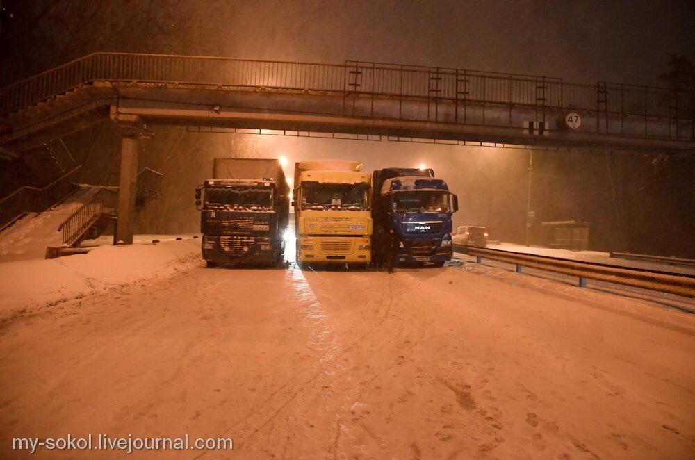 В Киеве из-за снегопада фурами блокируют въезд в город