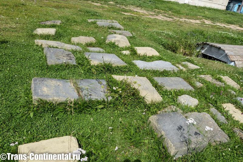 Посольский монастырь: фрагменты старых надгробных камней