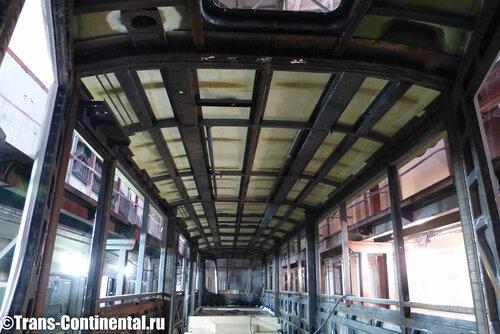 На кузов трамвая монтируется крыша из стеклопластика