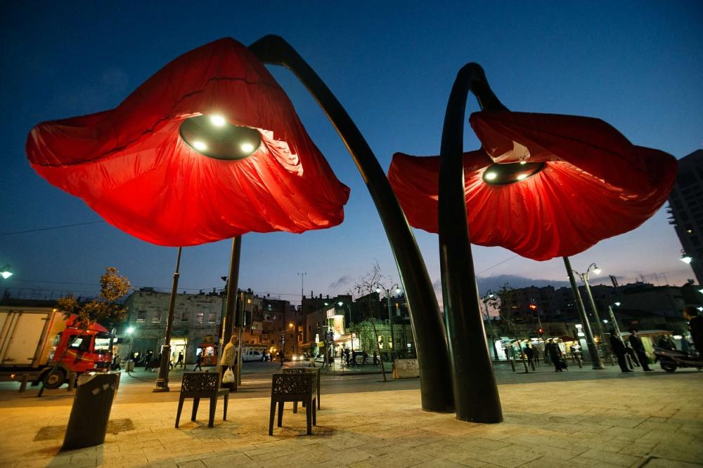 Эти фонари «расцветают», когда под ними встают люди
